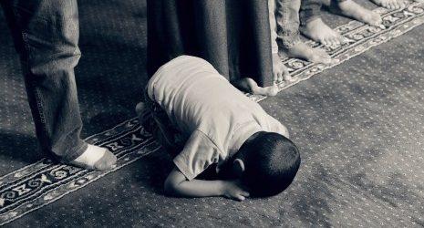 Как опоздавшему на коллективную вечернюю молитву завершить ее?