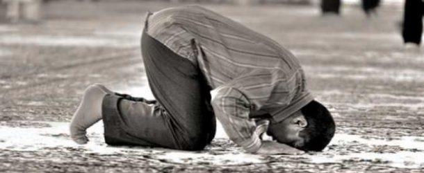 Человек закончил намаз и вспомнил, что забыл прочитать ташаххуд — что ему делать?